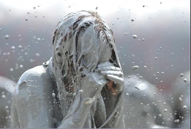 donna-ricoperta-di-fango