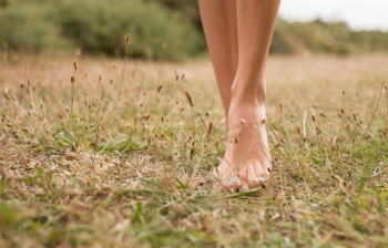 donna-piedi-nudi-erba